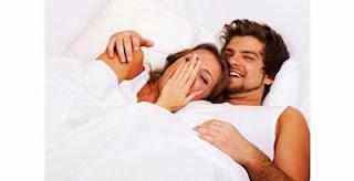 Posisi Tidur yang Bisa Memancing Gairah Seks