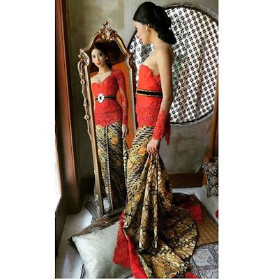 kebaya broklat warna jingga dengan rok batik panjang motif parang