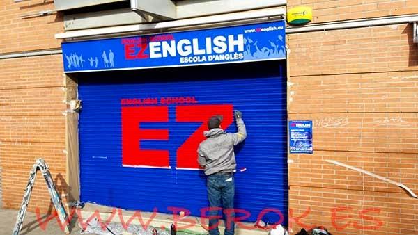 Rotulación sobre persiana de escuela de inglés Ez English
