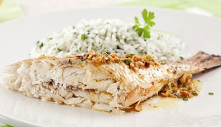 Peixe cozido com molho de requeijão light