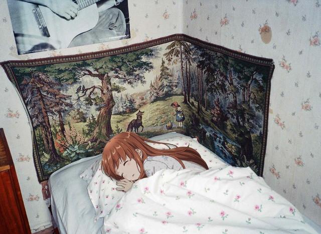 Dziewczę z anime w łóżku