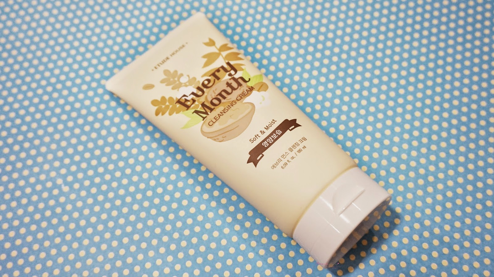 doesnt burn the skin, doesnt sting and doesnt make the skin feel tight. It is moisturizing due to the ingredients and the thick cream texture. It melts onto the skin easily and glides easily.