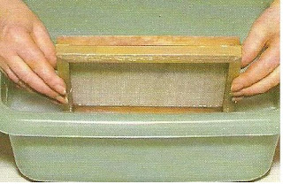 carga del marco y la forma en solucion acuosa de pasta para la elaboracion artesanal del papel
