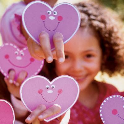 Grupo de corazones de cartón con dos agujeros para pasar los dedos simulando piernas.