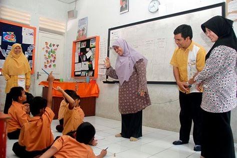 Sutiyas-Salurkan-Bantuan-Sekolah-Gratis