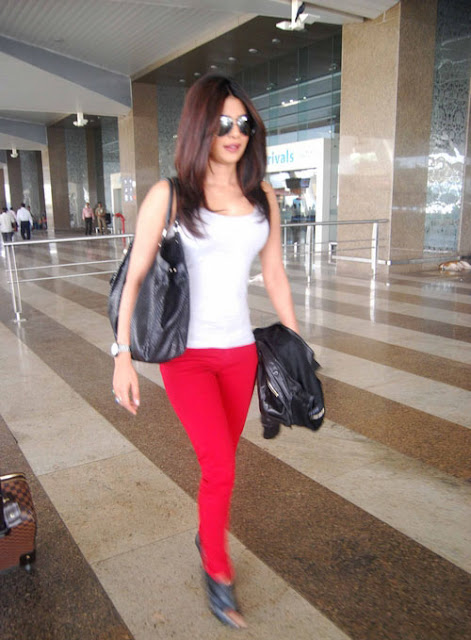 priyanka chopra candid at mumbai international airport latest photos