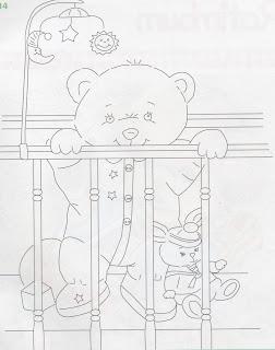 bebe urso no berço