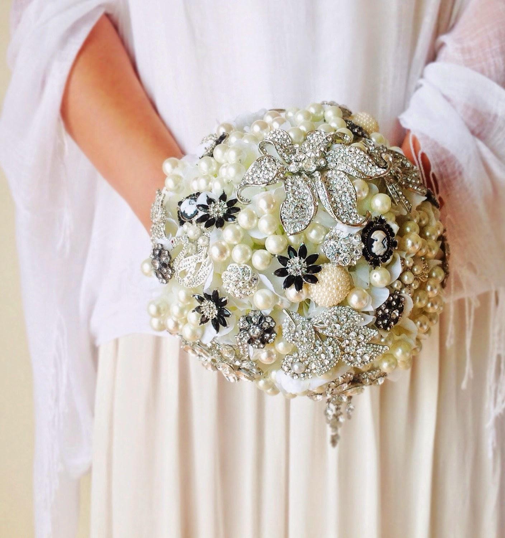 Brooch bouquet pearls