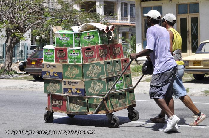 Carretilla con cajas de cerveza en una calle del Vedado, La Habana, Cuba