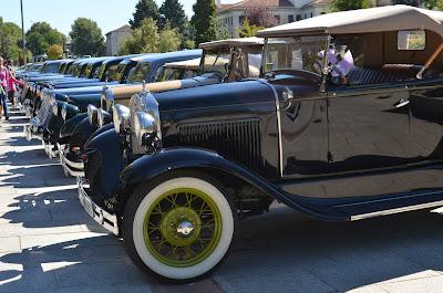 coches clásicos haciendo camino de santiago en burgos