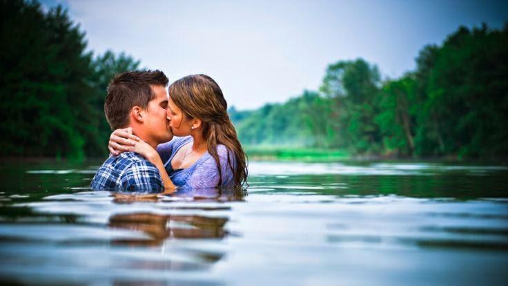 Hôn nhau dưới nước