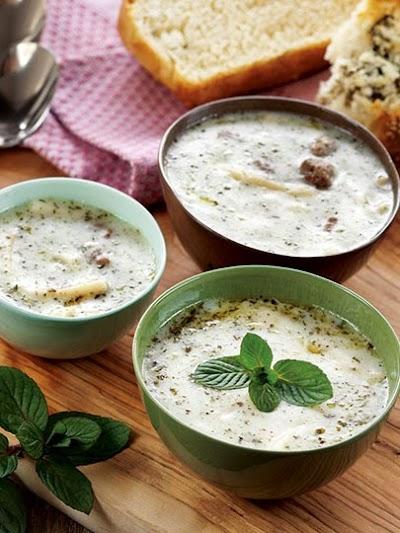 Erişteli ve köfteli yoğurt çorbası