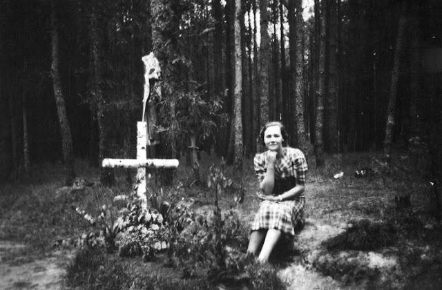 Las Karolinów (miejsce nieznane), grób żołnierzy września 1939, przy grobie jego opiekunka Anna Kubiak. Fotografia ze zbiorów rodzinnych Anny Kubiak - udostępnił Paweł Kubiak.