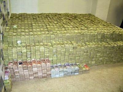 El montón de dinero antes de ser contado estaba estimado en aproximadamente 18 billones de dólares