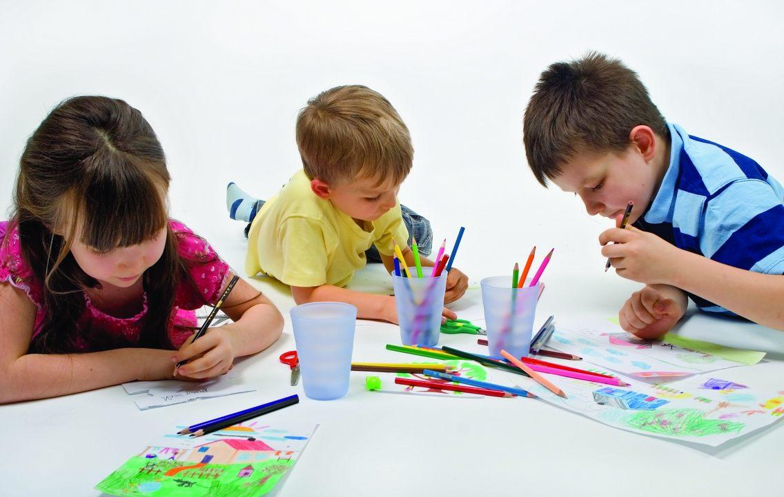 Sudah sepantasnyalah kita sebagai orang tua memperkenalkan anak dengan dunia seni rupa seperti aktivitas menggambar dan mewarnai