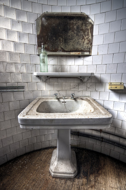 photo urbex hdr, urbex sites france, exploration urbaine france, urbex salle de bain, urbex blog, urbex château france, urbex château en friche,  photo hdr fabien monteil
