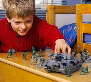 Sắp xếp đồ chơi theo những câu chuyện nhỏ giúp thu hút trẻ