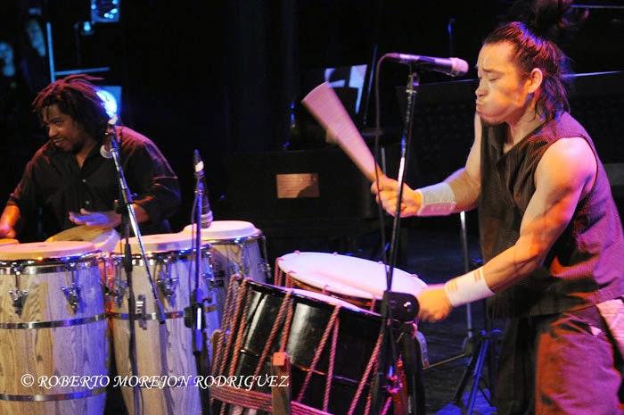 Takumi Kato (D), interprete de tambor tradicional japonés, y el percusionista cubano Yaroldy Abreu Robles (I),