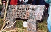 Den oprindelige mindesten i Abortmindelunden - bagsiden