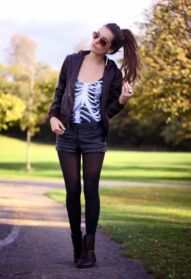 meia calça, shorts de couro preto, camiseta, jaqueta
