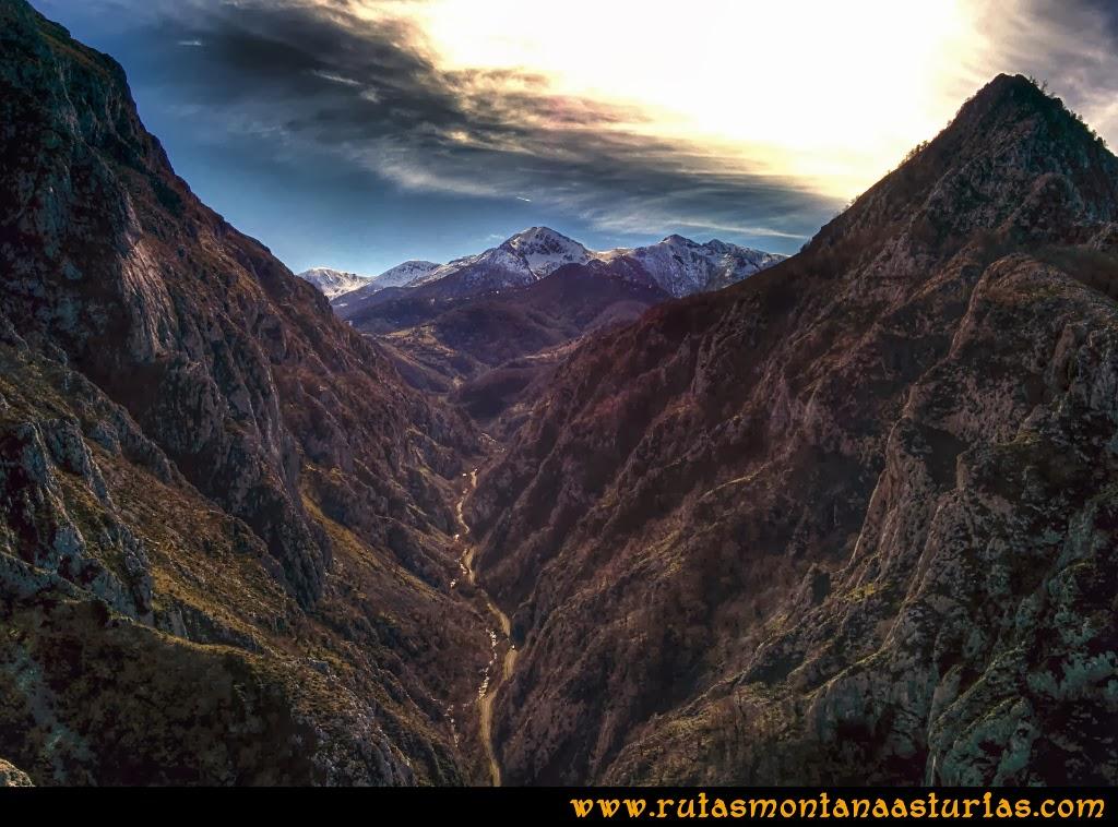 Rutas Montaña Asturias de las Pinturas Rupestres de Fresnedo: Bonita vista del Ferreirúa nevado y la carretera que sube al puerto Ventana