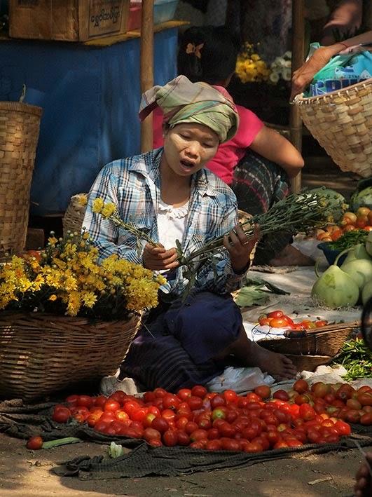 Flower lady - Mani Sithu market, Nyaung-U, Bagan
