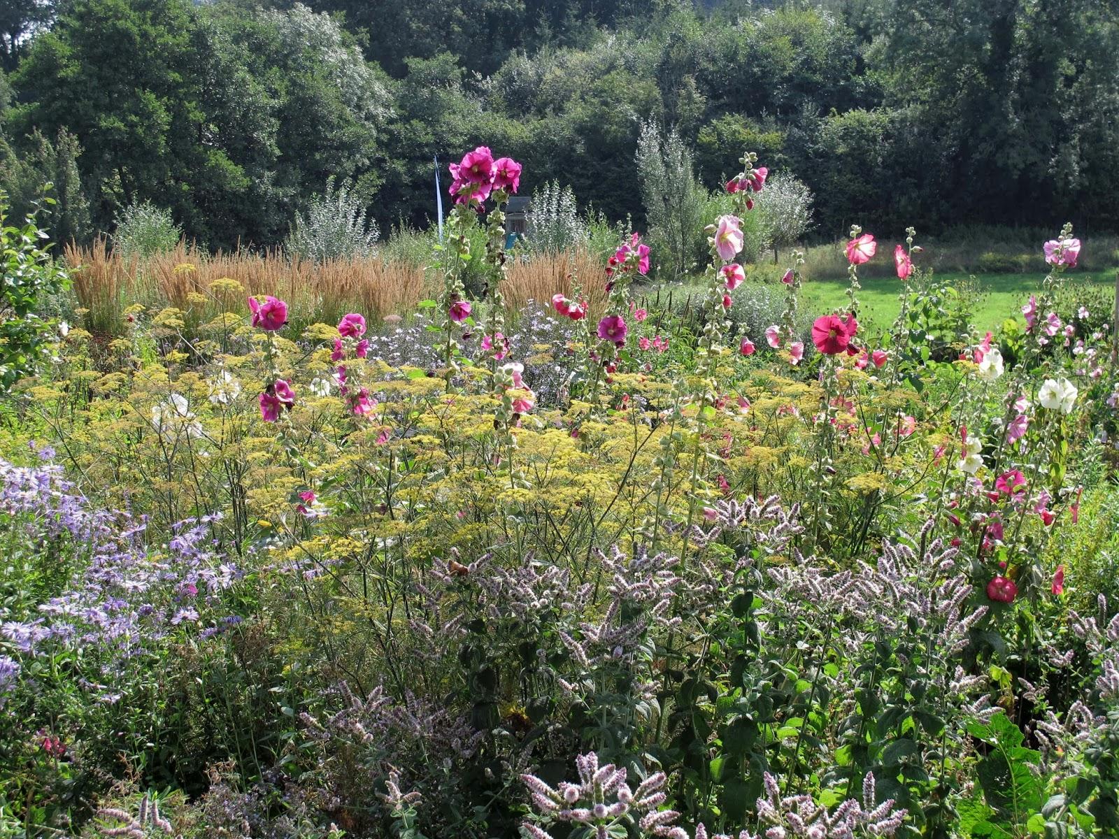 En el jardin inglaterra con escalas parte iii for Canteros de jardin