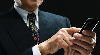 """A partir de este fin de semana los funcionarios del Instituto Autónomo Policía Municipal de Chacao permanecerán atentos en las zonas de mayor tránsito de personas para evitar el robo de teléfonos. El despliegue contará con la presencia de efectivos vestidos de civil para sorprender a los delincuentes que despojan de celulares a sus dueños en plena vía pública. El refuerzo de la jurisdicción responde a las informaciones suministradas sobre """"arrebatadores"""" que sorprenden a los ciudadanos cuando caminan en las salidas de estaciones de Metro y centros comerciales, avenidas y calles principales del municipio, parques y plazas al momento del"""