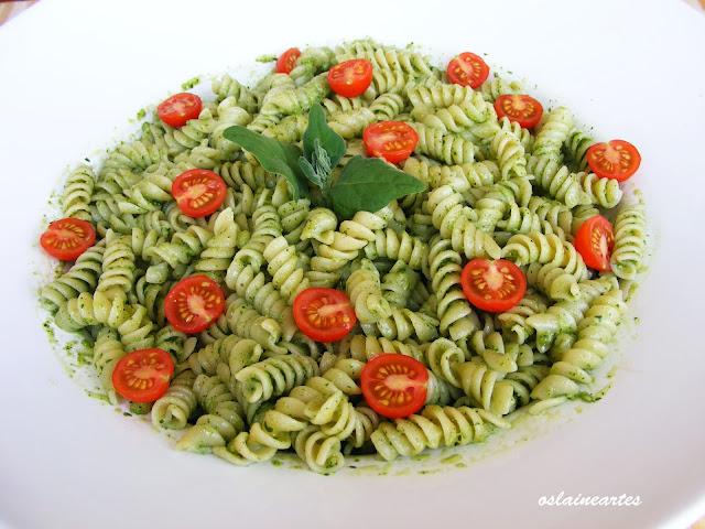 Pasta ao Molho Pesto de Espinafre com Tomate Cereja