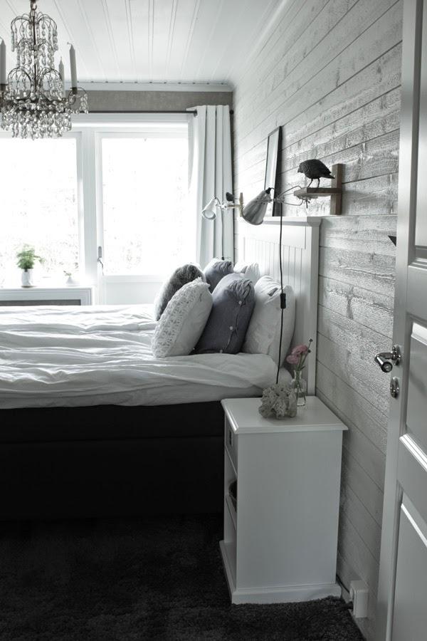 sovrum, inspiration, vitt sovrum, interiör, vita, vitt, vit panel, eightmood sängkläder, vitt sängbord, SOVA, tempur, kristallkrona i sovrummet, taklampa, ranunkler, rosa blommor, kuddar, grått och vitt