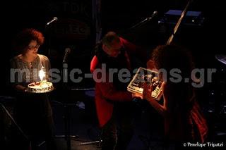 Γιορτή με τούρτες για τα δυο χρόνια του συγκροτήματος YIANNEIS