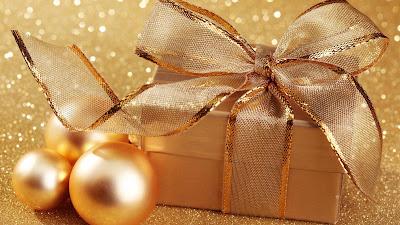 Postal con esferas y regalos dorados para Navidad
