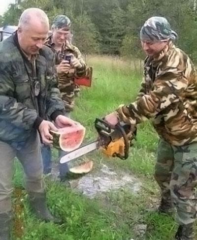 Couper une pastèque à la tronçonneuse, c'est rigolo et ça peut rapporter gros!