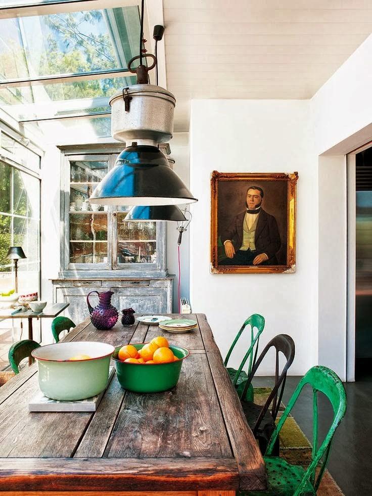 Drewniany stół, zielone, metalowe krzesła, zielona miska, zielona, metalowa lampa,
