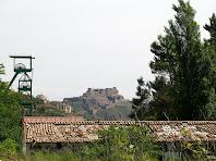 Instal.lacions del Parc Cultural de la Muntanya de Sal i al fons el Castell de Cardona