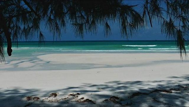 Plage de sable fin et mer turquoise au Cambodge