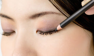 Applying Eyeliner tips