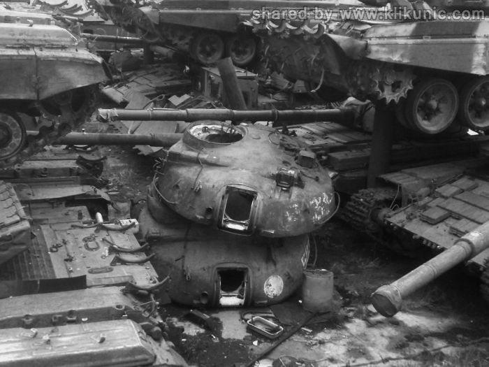 http://2.bp.blogspot.com/-_J0oBF0uDuA/TXImNC_BmDI/AAAAAAAAP4c/u93SfyO0LV0/s1600/panzer_cemetery_in_kiev_09.jpg