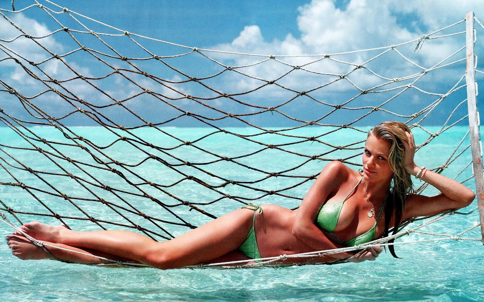 http://2.bp.blogspot.com/-_JOw8pucEB0/TW4aCFX9ZTI/AAAAAAAAGRI/ziQ9ZRJG29Q/s1600/celebskin_brooklyn_decker_cleavage_bikini_wallpaper.jpg