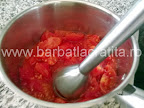 Mancare de ardei copti preparare reteta - pasam rosiile decojite