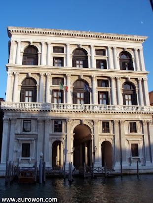 Edificio veneciano visto desde un canal