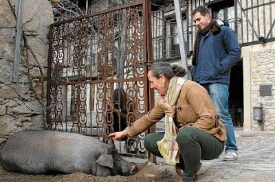 La alcaldesa de Mogarraz junto a Anton