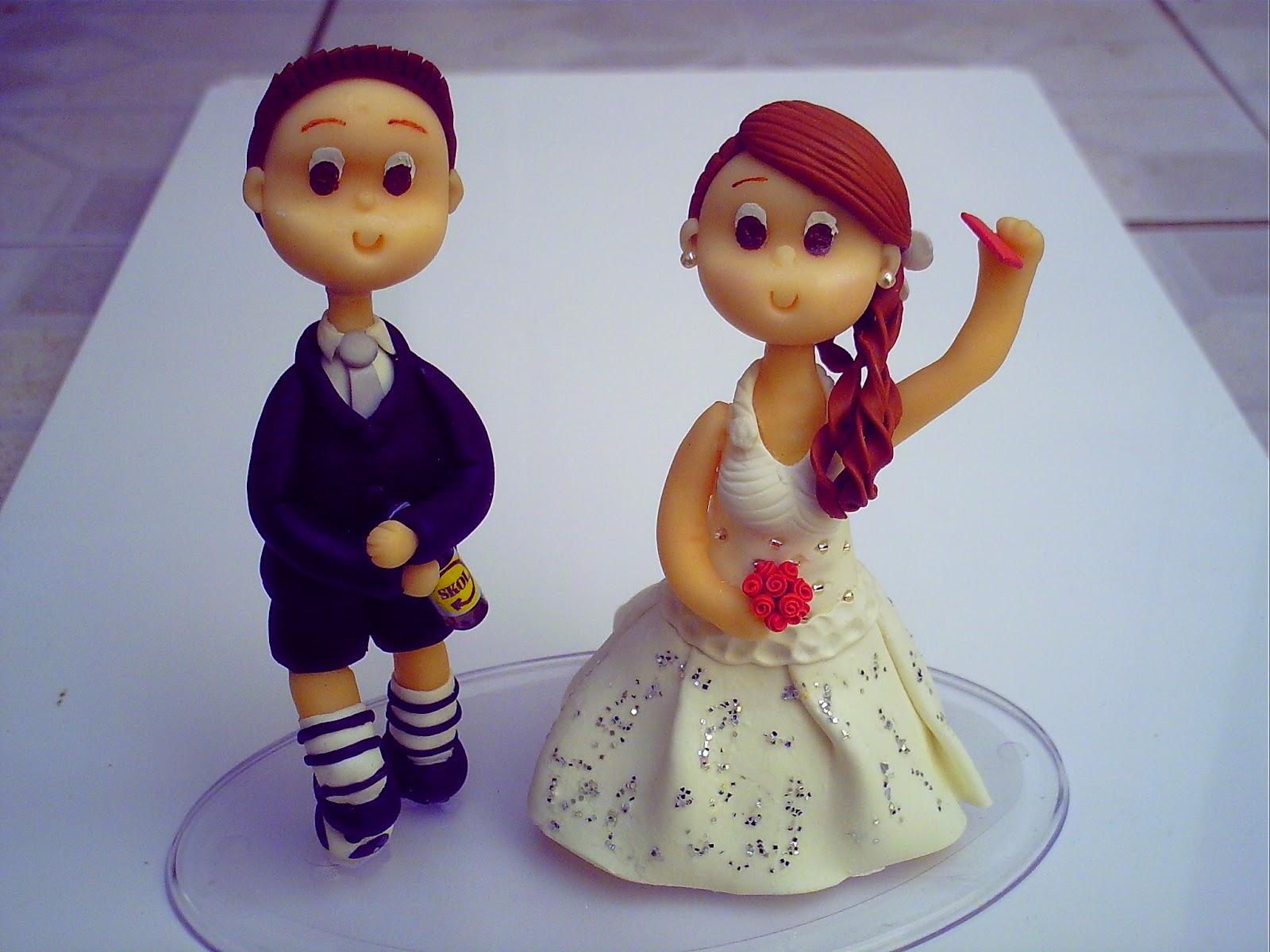 topo de bolo noiva dando cartão vermelho topo de bolo