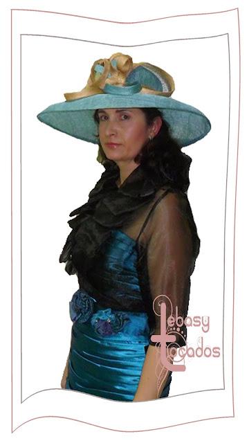 Pamela de Lebasy Tocados en el desfile de la Asociación de Amas de casa de Manzanares.