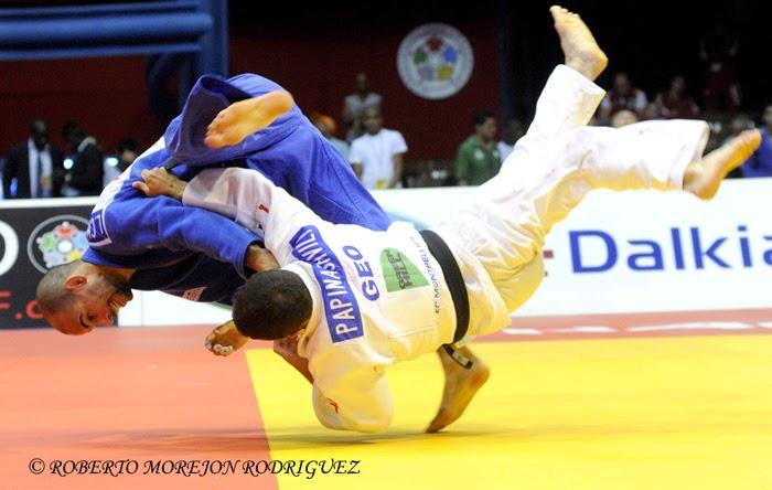 A. Papinashvili (kimono blanco), de Georgia, se enfrenta a L. Chammartin (kimono azul), de Suiza,  en la categoría de 60 kilogramos, durante la primera jornada del Grand Prix de Judo de La Habana, con sede en el Coliseo de la Ciudad Deportiva, el 6 de junio de 2014