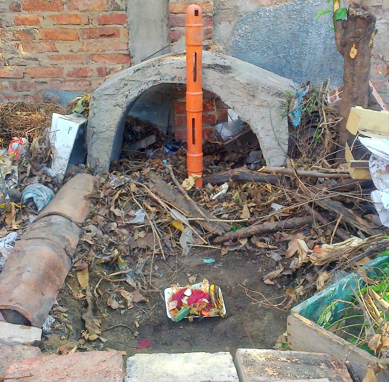 Pozo o fosa para la producción de abono orgánico. Foto Félix Contreras. 04Oct2014.