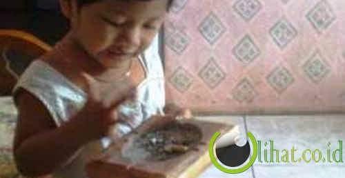 anak kecil gemar makan abu rokok!