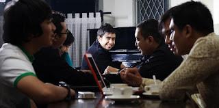 "<a href="" http://2.bp.blogspot.com/-_LAPIw0h_lo/UQs8tYuKcDI/AAAAAAAAF1c/E-M8Uw2lzxc/s320/abdul+and+the+coffe+theory+2.jpg""><img alt=""Biografi dan Profil Abdul and the Coffee Theory,musik jazz di indonesia, minoritas dinegeri sendiri,kreasi anak negeri lewat lagu"" src=""http://2.bp.blogspot.com/-_LAPIw0h_lo/UQs8tYuKcDI/AAAAAAAAF1c/E-M8Uw2lzxc/s320/abdul+and+the+coffe+theory+2.jpg""/></a>"