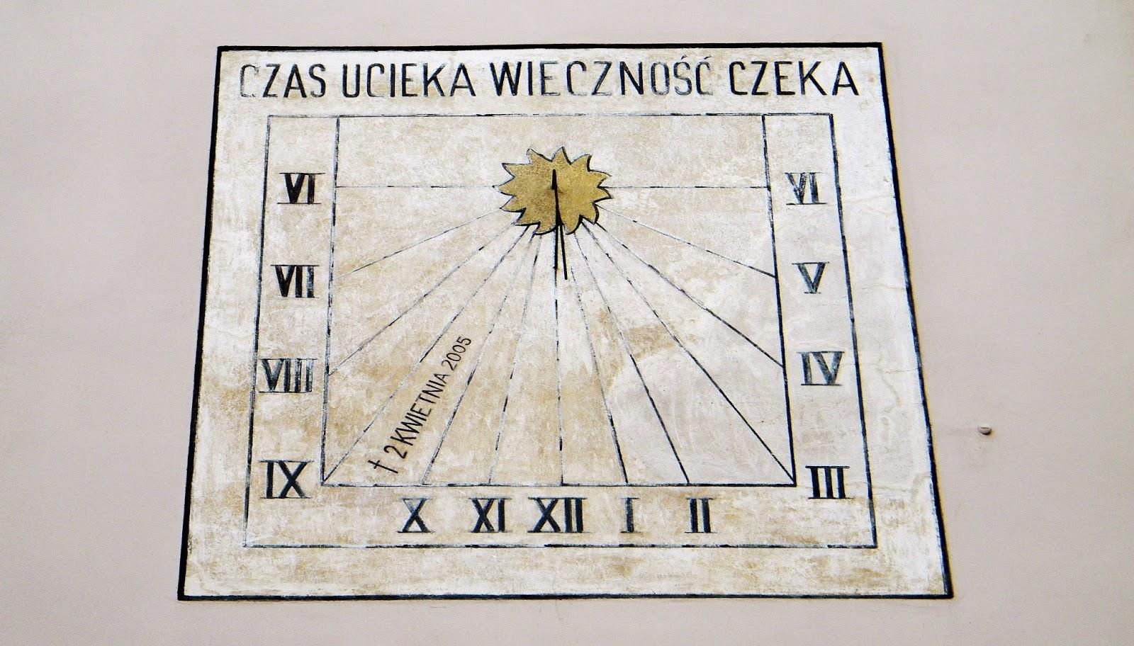 Zegar słoneczny na ścianie bazyliki w Wadowicach
