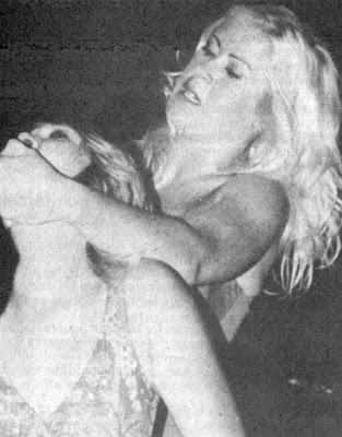 Donna Day vs Debbie Combs - chinlock